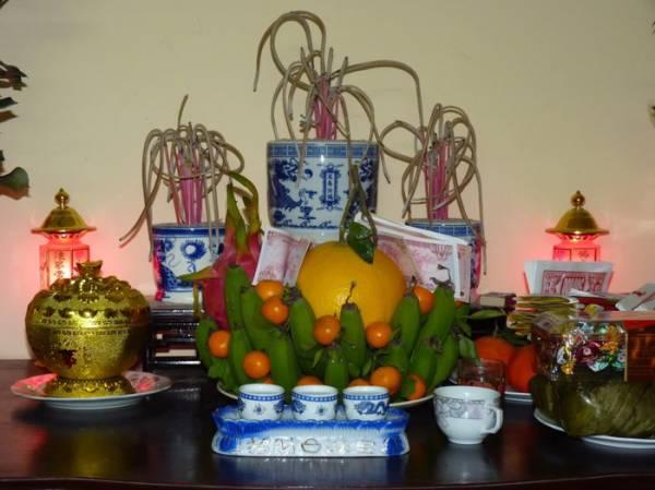 Bát hương nên đặt vị trí chính giữa trên bàn thờ